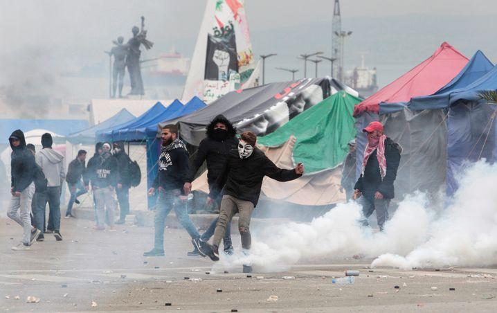 Im Oktober 2019 schossen libanesische Sicherheitskräfte mit Tränengas auf Demonstranten, im Februar 2020 hat sich die Lage noch immer nicht beruhigt
