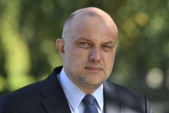 Jüri Luik wurde 1966 in Tallinn geboren. Estland war damals eine Sowjetrepublik. Luik studierte bis 1989 in Tartu Journalismus. Nachdem sein Land die Unabhängigkeit erlangt hatte, trat er in den diplomatischen Dienst ein. Er wurde Botschafter in den USA, Kanada, Mexiko, Russland und bei der Nato. Er gehörte zudem verschiedenen Regierungen an. Seit 2017 ist er Verteidigungsminister.
