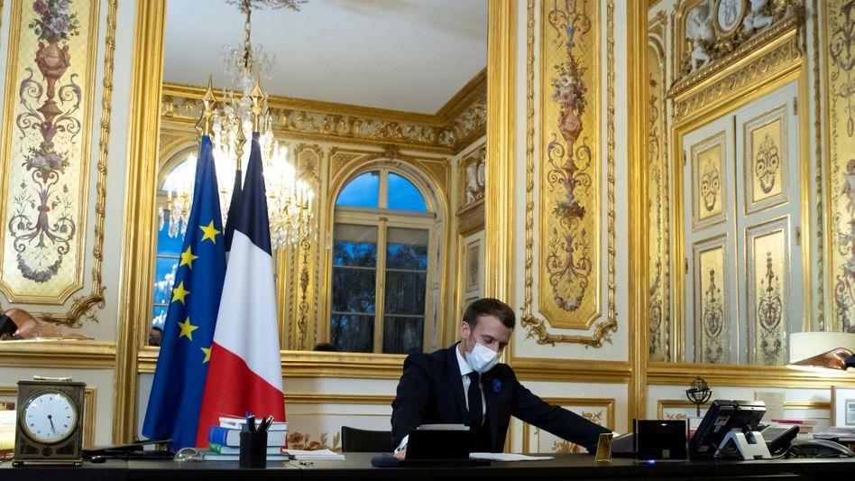 Präsident Emmanuel Macron in seinem Büro im Élysée-Palast während eines Anrufs mit Joe Biden am 10. November
