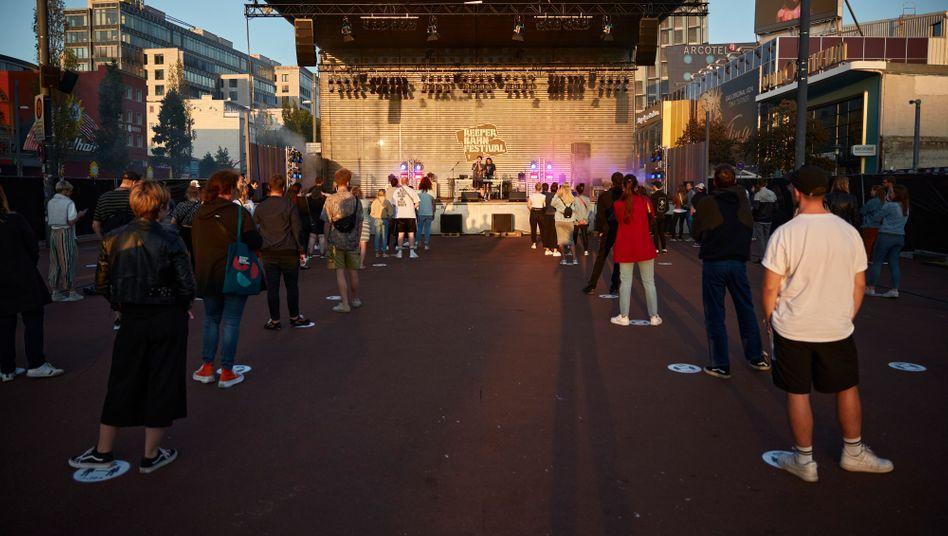 Auftritt von Blvth auf dem Spielbudenplatz beim Reeperbahn Festival in Hamburg-St. Pauli: Die Konzertbesucher stehen auf Platzaufklebern