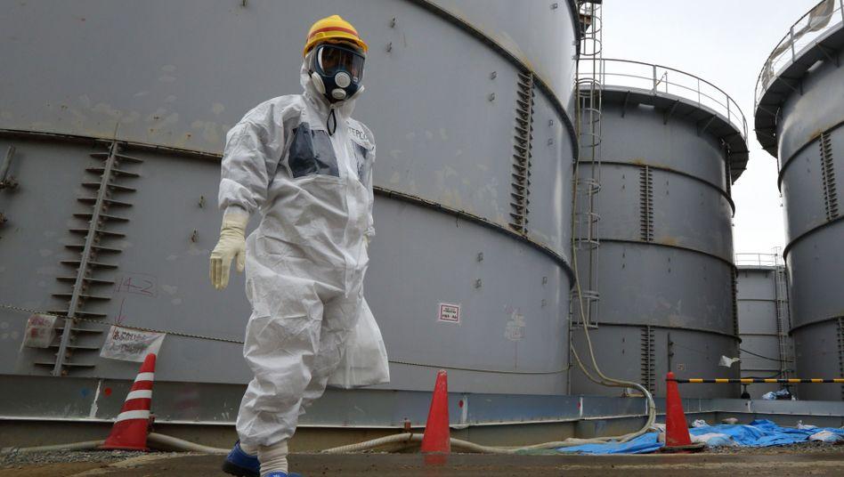 Arbeiter auf dem Fukushima-Gelände: Hastig zusammengebaute Tanks
