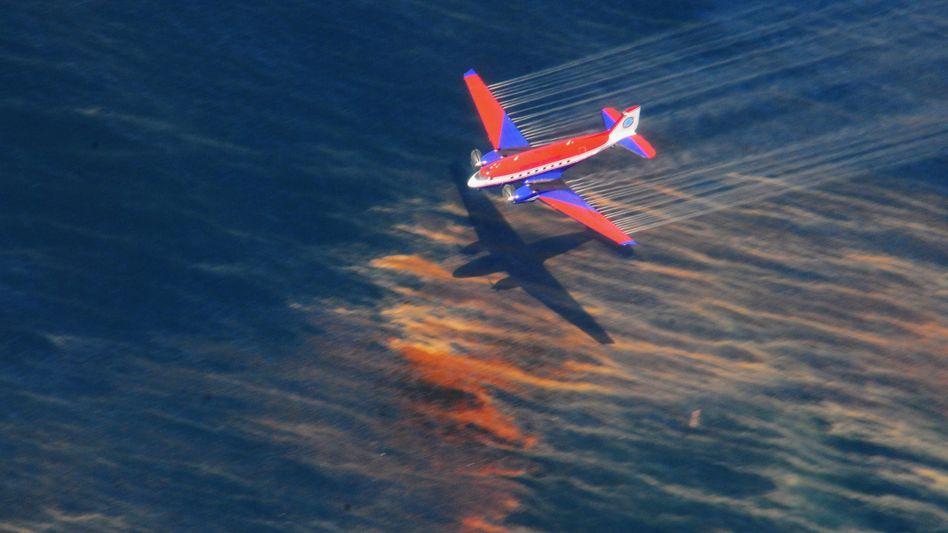 Absacker fürs Öl: Flugzeug beim Versprühen von Spezialchemie (Anfang Mai vor der Küste von Louisiana)