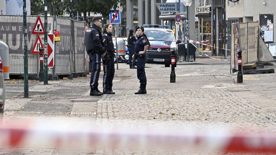 Bewaffnete Polizisten stehen Wache am Morgen nach dem Terroranschlag im Wiener Stadtzentrum