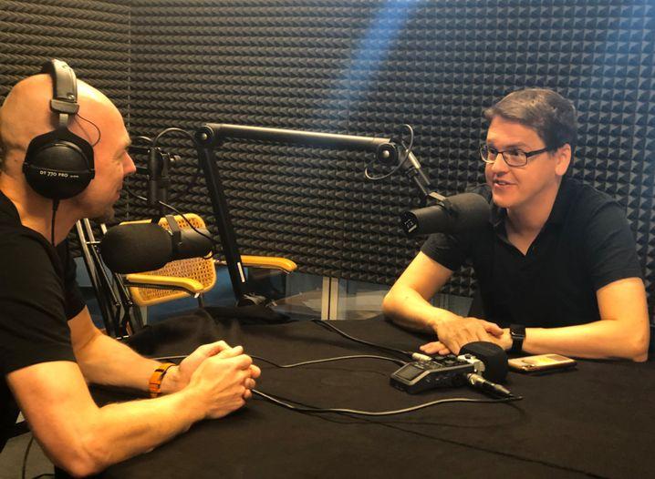 Redakteur Patrick Beuth (li.) und Datenschutzexperte Lars Hohl im Podcast-Studio