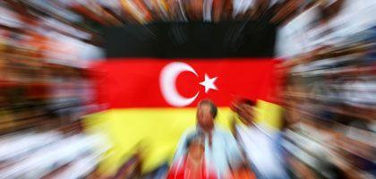 Deutsche Flagge, türkischer Halbmond: Gute Noten für die neue Heimat