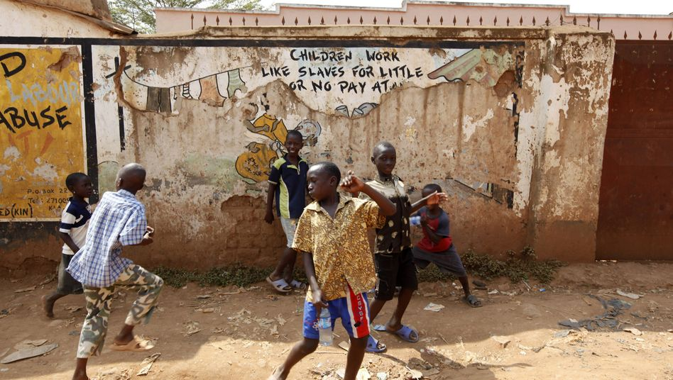 Kinder spielen in einem Slum in Kampala (Archivbild)