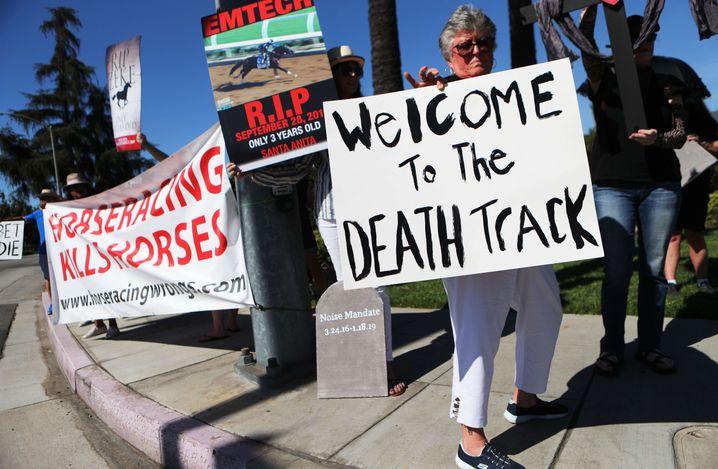 """""""Willkommen auf der Todesstrecke"""": Menschen protestieren nach dem Tod von """"Satchel Paige"""" vor der Rennbahn"""