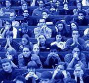 Voll besetzter Hörsaal: Wie viel ist ein Studium wert?