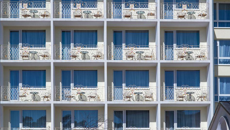Leere Balkons am geschlossenen Strandhotel Rugard in Binz: Die Coronakrise trifft Hotels und Restaurants