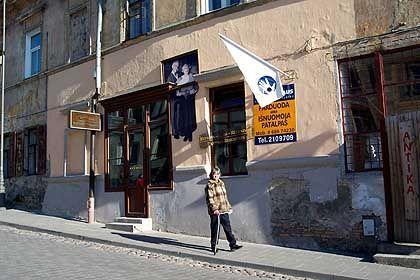 Gasse mit Flagge der Republik: Ein typisches osteuropäisches Altstadtviertel