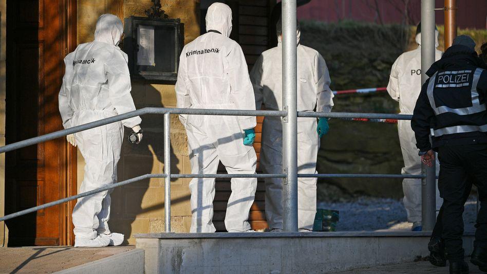 Kriminaltechniker am Tatort: Der mutmaßliche Täter empfing die Einsatzkräfte vor der Tür