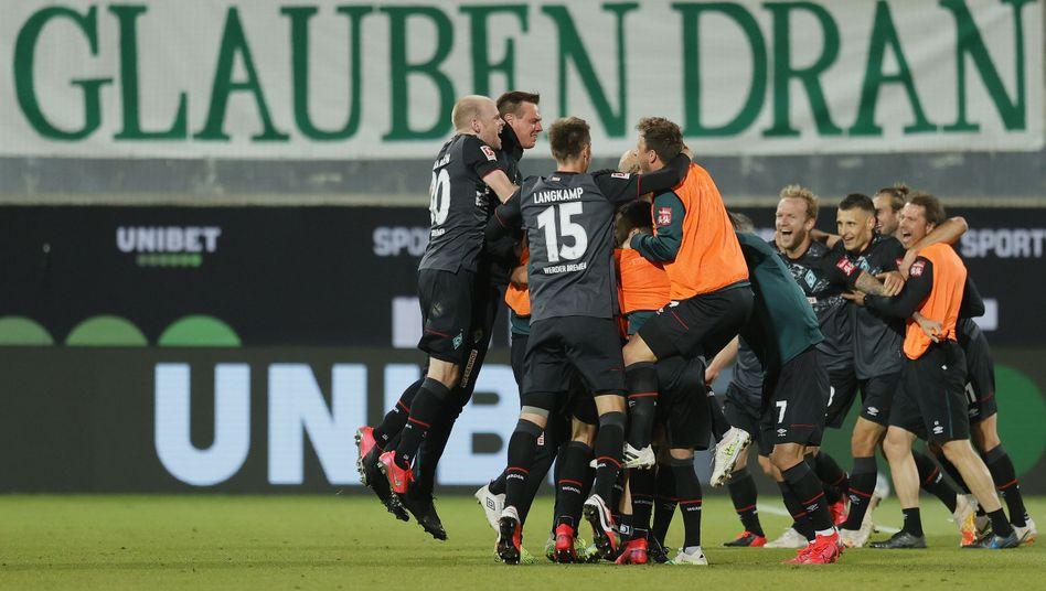 """""""Das hat gezehrt. Jetzt merke ich, wie Druck abfällt, aber das wird dauern, weil da war eine Menge auf den Schultern"""", sagte Werder-Coach Florian Kohfeldt nach dem Spiel"""