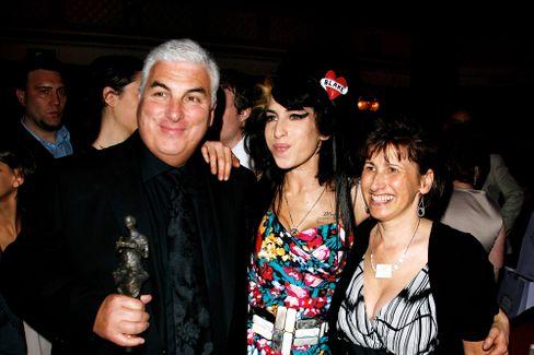 Amy Winehouse mit ihren Eltern