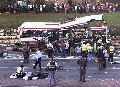 2. Dezember 2001: Ein palästinensischer Selbstmordattentäter reißt in Haifa 15 Menschen in den Tod
