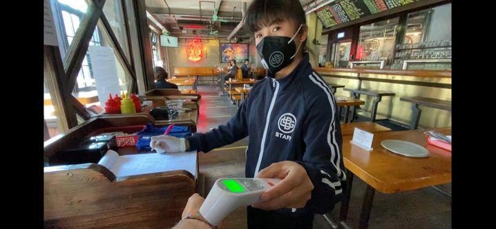 """Fiebermessung in der Pekinger Brauerei """"Der große Sprung"""""""
