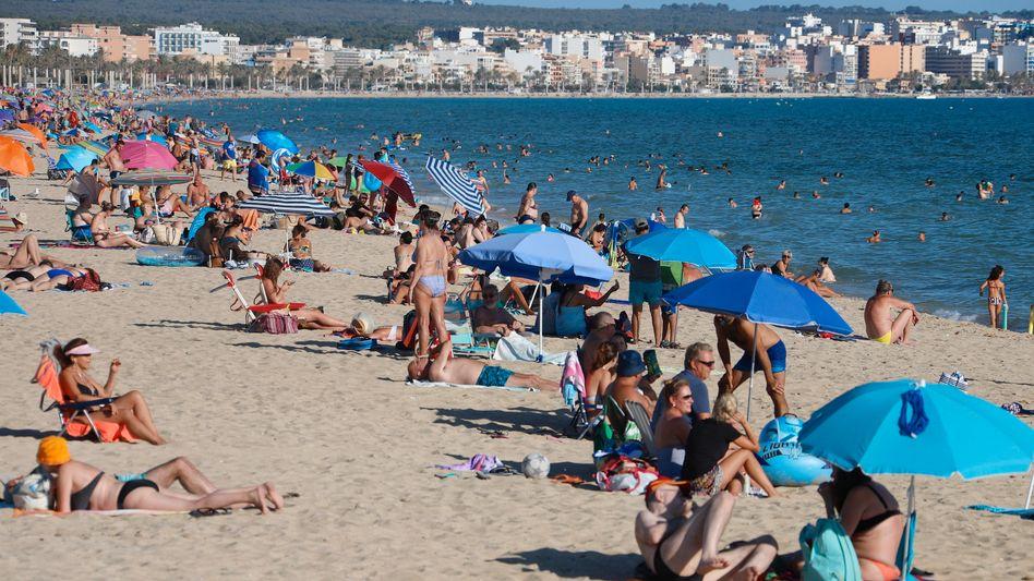Menschen genießen im Juli 2020 die Sonne auf Mallorca: Von touristischen Reisen wird ab Sonntag abgeraten