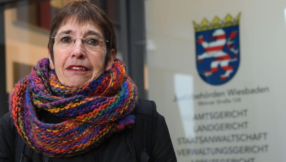 Silvia Gingold vor dem Justizzentrum in Wiesbaden