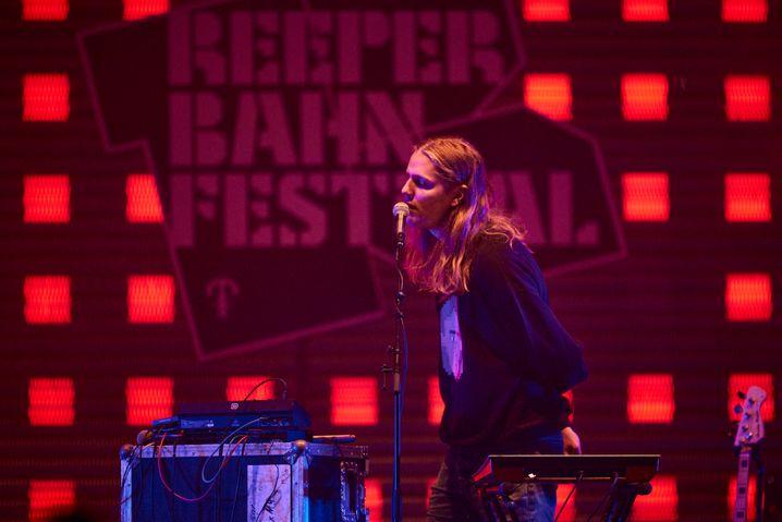 Daði Freyrsingt auf der Spielbudenplatz-Bühne - vor einer Handvoll Zuschauer