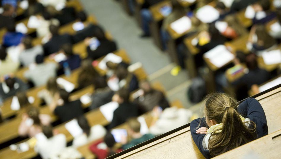 Overcrowded lecture halls are a problem at many German universities.