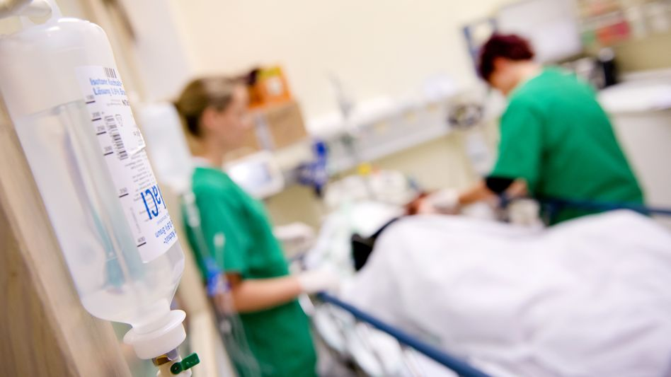 Rekordhitze in Deutschland: Medizinisches Personal versorgt in einem Krankenhaus einen Patienten (Archivfoto)