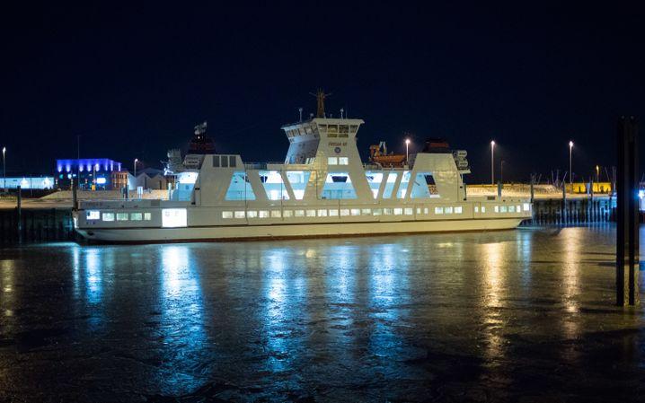 "Nordseefähre ""Frisia 3"" an der zugefrorenen Anlegestelle"