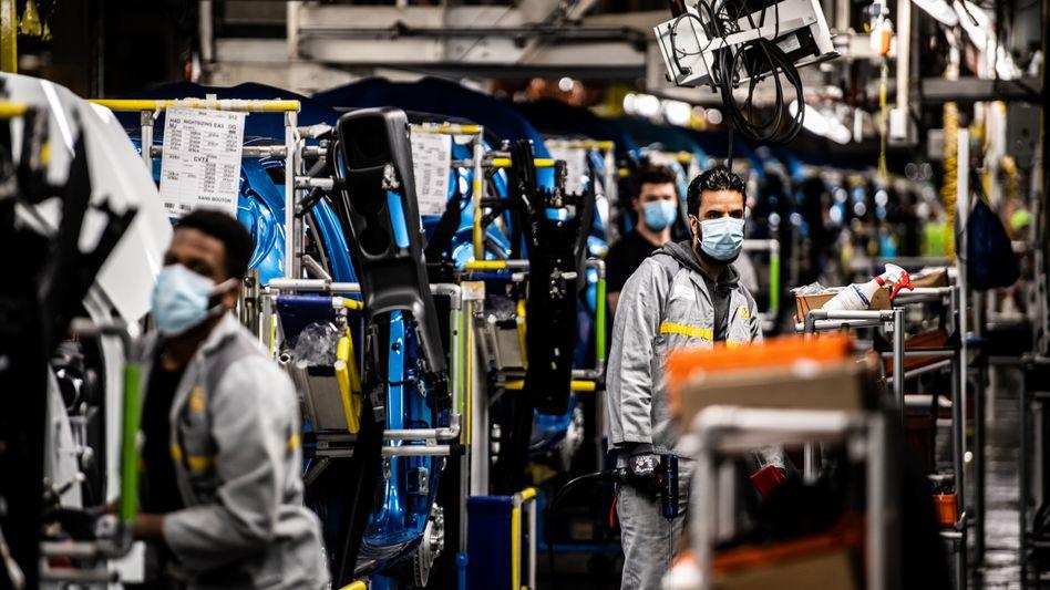 Beschäftigte in Renault-Werk im französischen Flins-sur-Seine: Die Wirtschaft schrumpfte am Jahresende – aber nicht so stark wie befürchtet