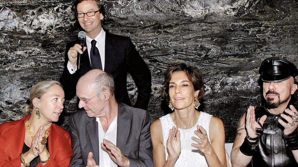Galerist Ropac (stehend) bei der Einweihung seiner neuen Dependance, Künstler Kiefer (2. v. l.): »Von einer Euphorie getragen«