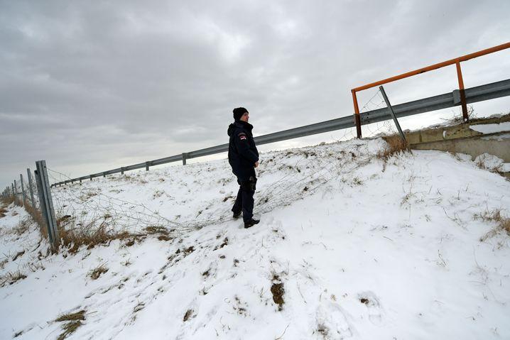 """Kaputter Zaun nahe der serbisch-ungarischen Grenze: """"Nur weg"""""""