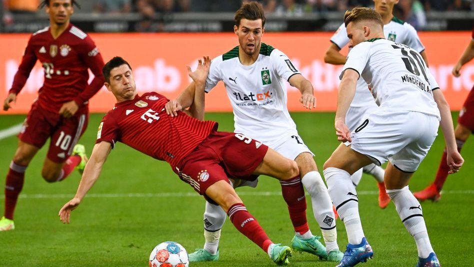 Lewandowski im Zweikampf mit Gladbachern