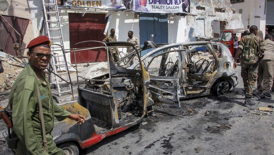 Tatort Mogadischu: Ein Fahrzeugwrack nach der Explosion einer Autobombe.