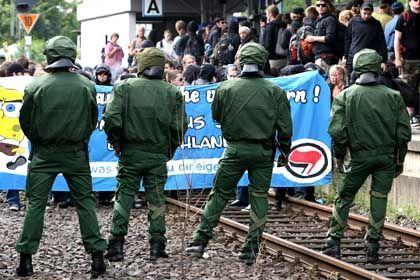 Blockade: Linke Demonstranten auf den Gleisen in Frankfurt am Main
