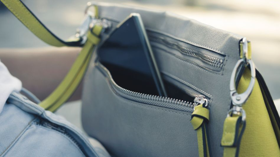 Ein Smartphone in einer Handtasche: Wo immer wir sind, ist meist auch ein Mikrofon