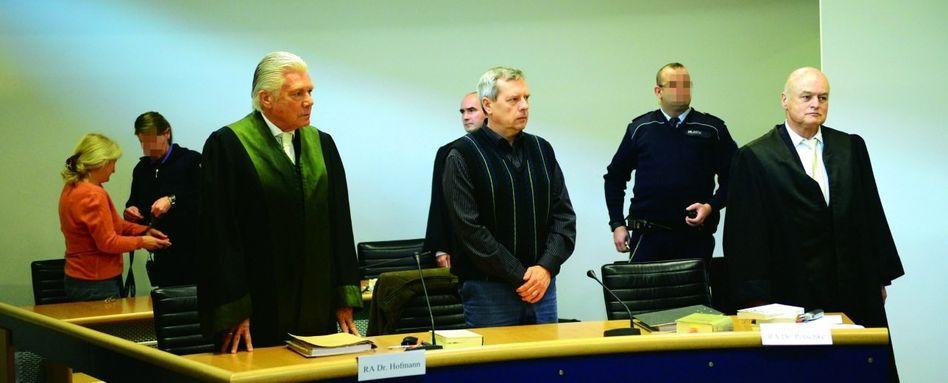 Angeklagte Heidrun (l.) und Andreas (3. v. r.) Anschlag: Post von »Pit« und »Tina«