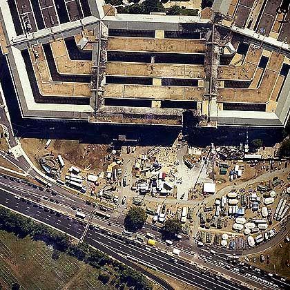 Das Pentagon, 16. September 2001: Verschwörungstheoretiker bezweifeln, dass die Zerstörungen durch ein Flugzeug angerichtet wurden