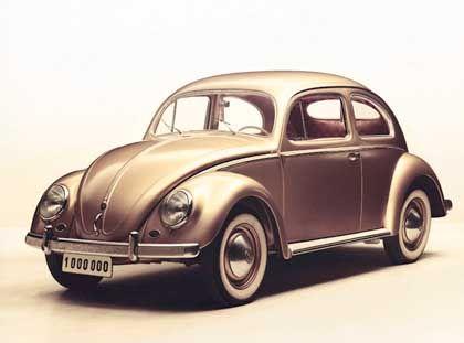 Am 5. August 1955 läuft der millionste Käfer vom Band: Der VW erhält Neuerungen wie ein PVC-Schiebedach und Doppelauspuff