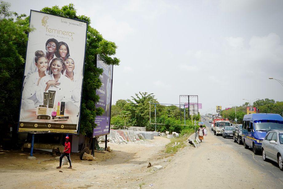 Werbetafel an einer der Hauptstraßen Accras: Die meisten Produkte werden mit Models beworben, die eine hellere Haut haben