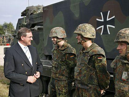 """Verteidigungsminister Jung mit Bundeswehrsoldaten vor Militärfahrzeug mit Eisernem Kreuz: """"Historisch zu belastet"""""""