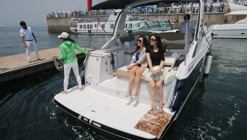 Besucherinnen einer Jacht-Show in China: Rasanter Anstieg von Millionären