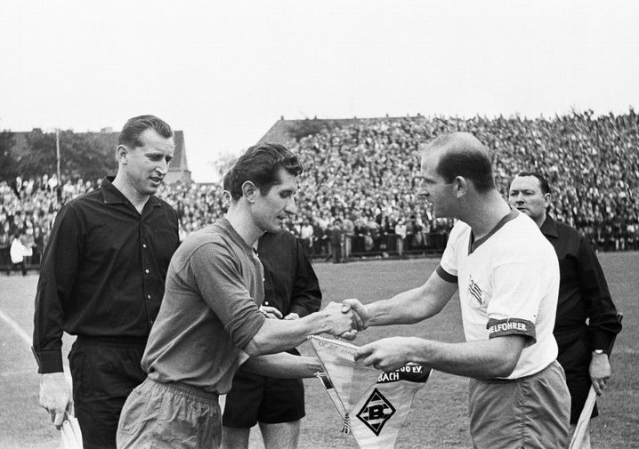 Hans-Günter Becker (r.) beim Wimpeltausch mit Gladbachs Heinz Lowin
