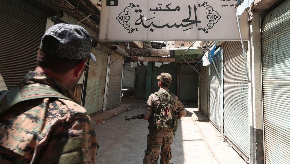 Syrische Rebellen in einem ehemaligen IS-Komplex in Manbidsch (im August 2016)