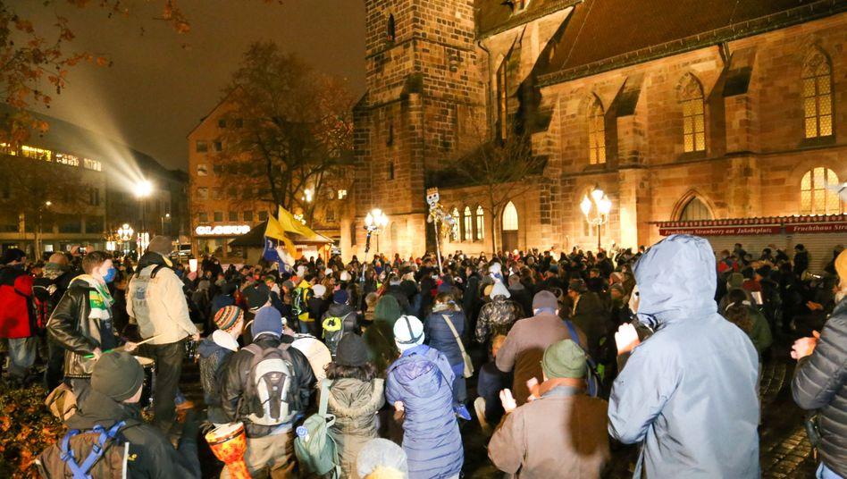 Demonstrantinnen und Demonstranten gegen Corona-Maßnahmen Anfang Januar in Nürnberg
