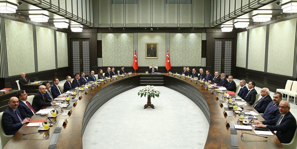 """Kabinettssitzung mit Erdogan (in der Mitte): """"Der Sultan beruft den königlichen Staatsrat ein!"""""""