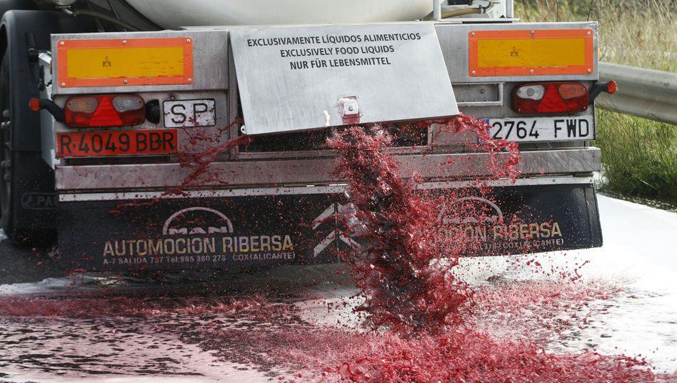 Rotwein fließt aus einem gekaperten spanischen Tankwagen (im April 2016)