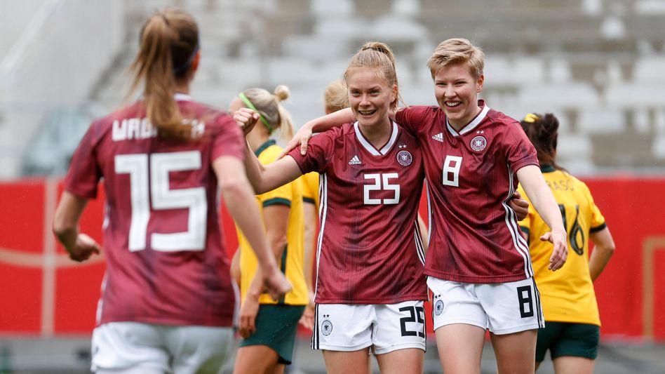 Tabea Waßmuth (links), Sjoeke Nüsken und Paulina Krumbiegel freuen sich über das Tor zum 1:0