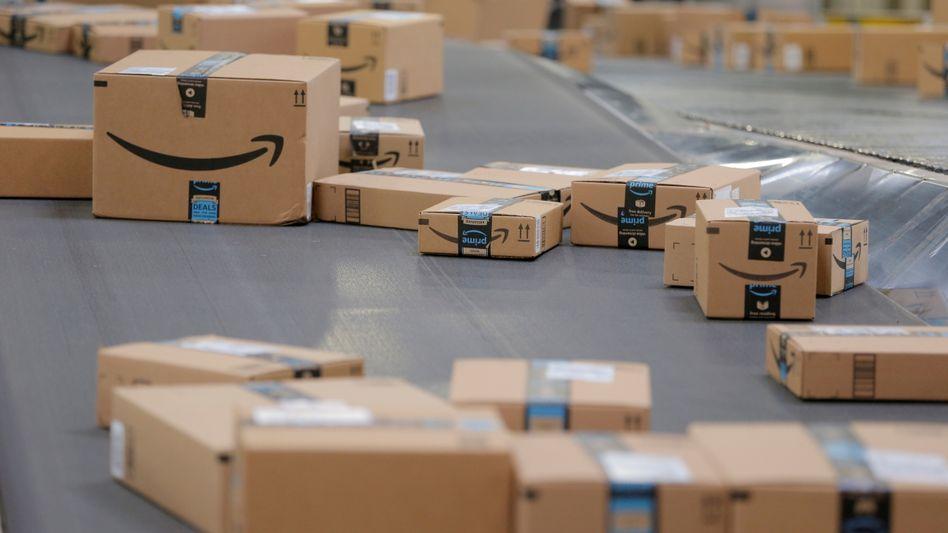 Pakete in einem Amazon-Standort in New Jersey