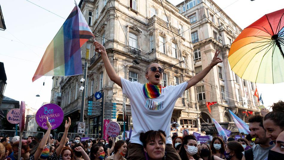 Frauen protestieren gegen den Austritt der Türkei aus der Istanbul-Konvention