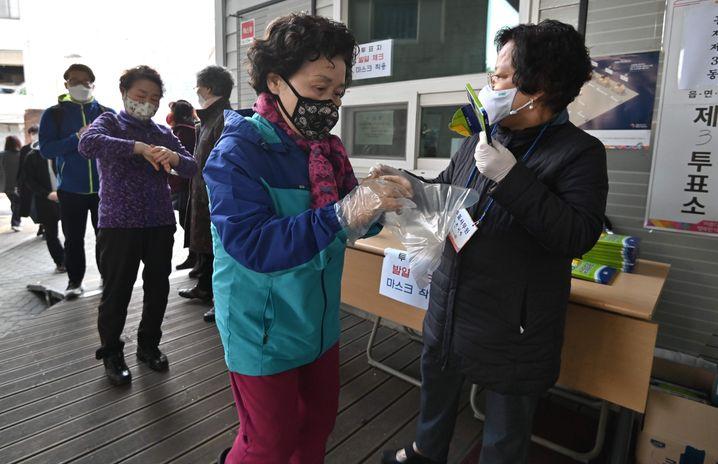 """Wahllokal in Seoul: Maske tragen, Abstand halten, """"Kreuzchen machen"""""""