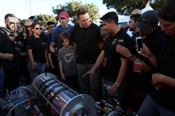 Elon Musk (Mitte) bei der Endausscheidung in Los Angeles