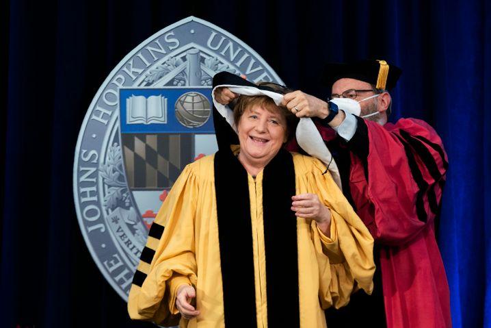 Kanzlerin Merkel, Dean Kent Calder bei der Verleihung der Ehrendoktorwürde durch die Johns-Hopkins-Universität