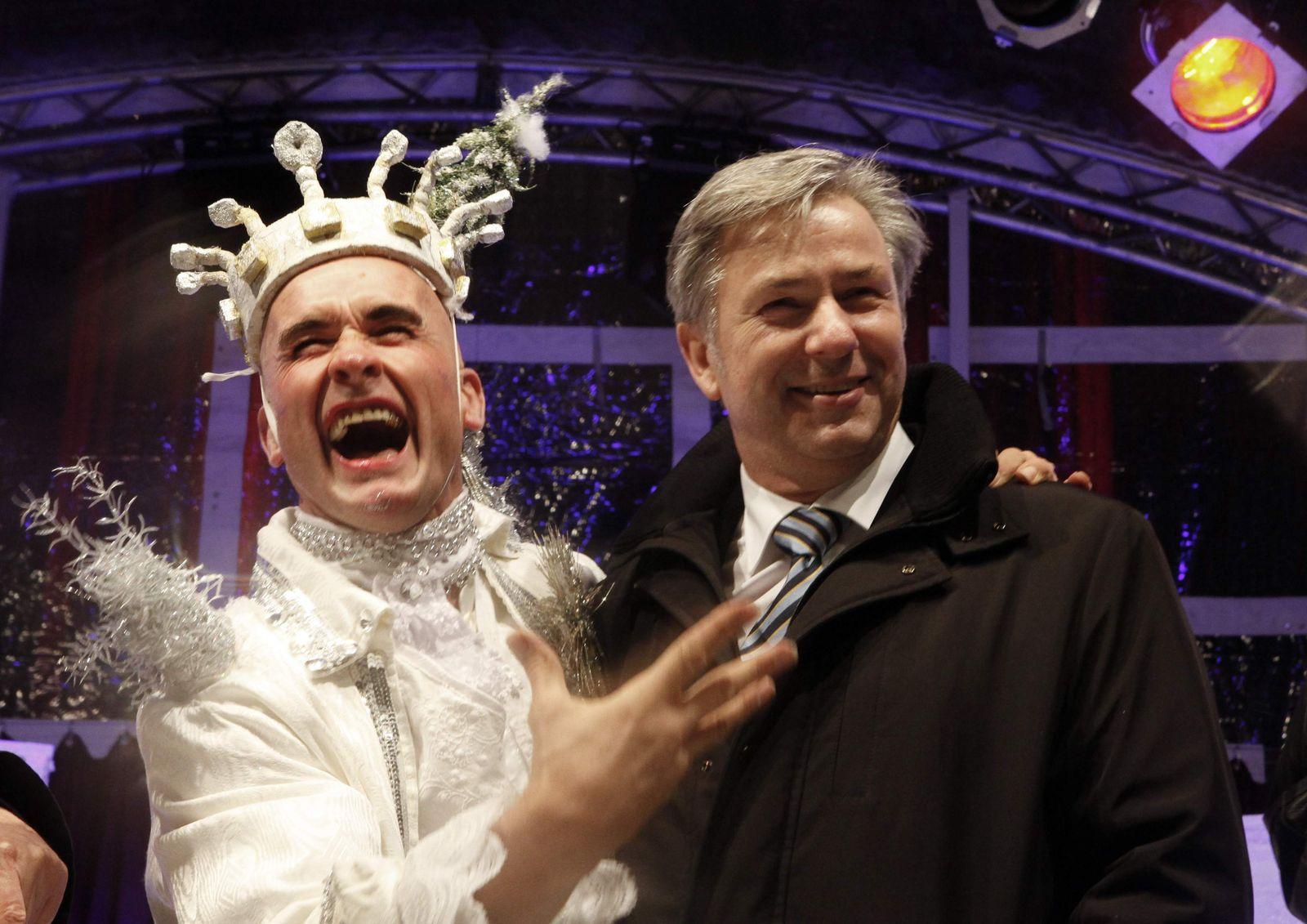 Klaus Wowereit mit Kerl im Schneeflockenkostüm